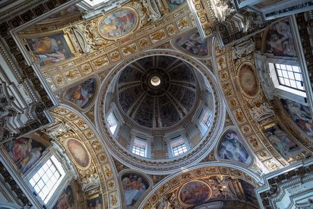 Rzym, Włochy - 21 czerwca 2018: Panoramiczny widok na wnętrze Basilica di Santa Maria Maggiore lub kościół Santa Maria Maggiore. Jest to główna bazylika papieska i największy katolicki kościół maryjny w Rzymie