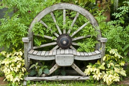 muebles antiguos: Silla de ruedas de carro de madera Foto de archivo