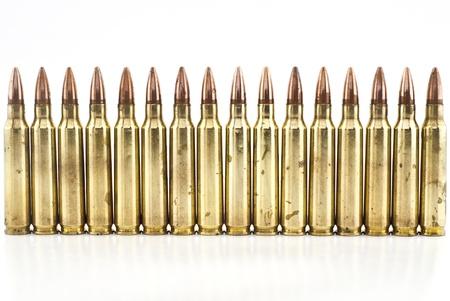 5 cartouches de calibre 56 mm, une balle de mitrailleuse isolé Banque d'images - 20861106