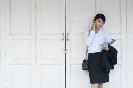 Belle femme d'affaires asiatique appelant téléphone mobile