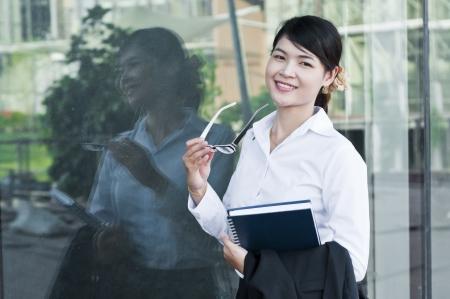 Belle femme d'affaires asiatiques et de réflexion dans les verres Banque d'images - 21170731