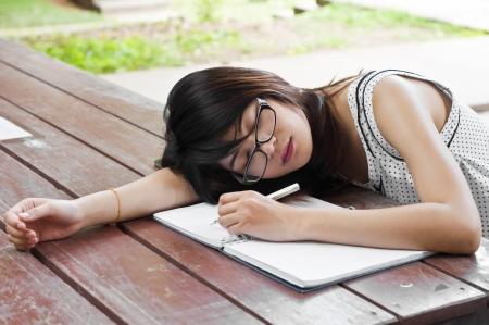 agotado: Hermosa mujer asi�tica del estudiante cansado y sue�o Foto de archivo