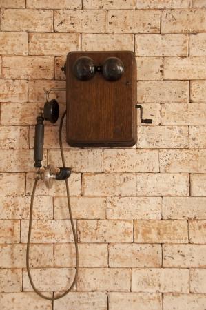 Téléphone antique sur le mur de brique