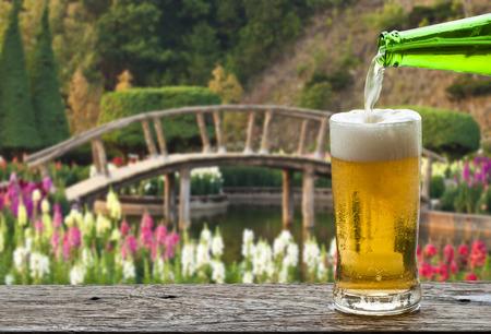 Genießen Sie Bier mit japanischen Blumengarten.