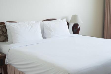 Leere Bett im Schlafzimmer. Standard-Bild - 34505012
