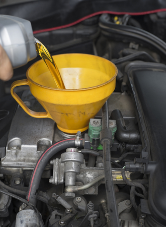 Auto onderhoud monteur gieten smeermiddel olie motor.
