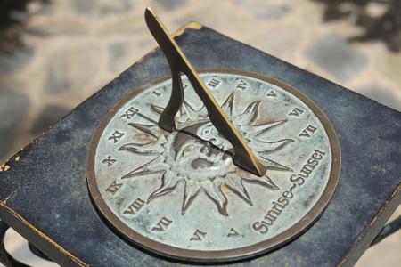 reloj de sol: reloj de sol antiguo con el número romano.