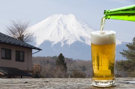 Enjoy beer with landscape of Mt.Fuji, Japan. Banque d'images - 111129414