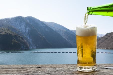 Enjoy beer with mountain landscape in Japan. Banque d'images - 111129415