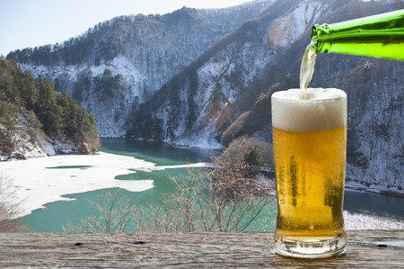 Enjoy beer with Japan mountain and river landscape in winter. Banque d'images - 111129416