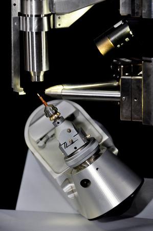 Apparecchiatura diffrattometrica per cristallografia a raggi X a cristallo singolo per condurre esperimenti in laboratorio.