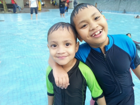 2 kids swimming at klcc theme park