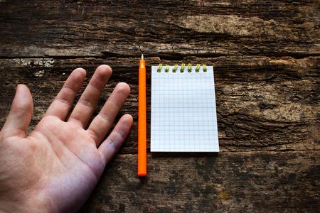 Hombre muestra el problema Lefties mano sucia después de escribir el Día Internacional zurdos Foto de archivo - 43700194