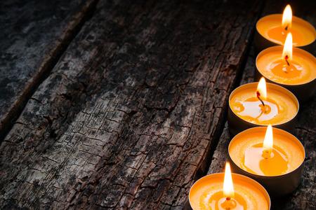 velas de navidad: sabor de la vela del balneario en un fondo de madera Foto de archivo