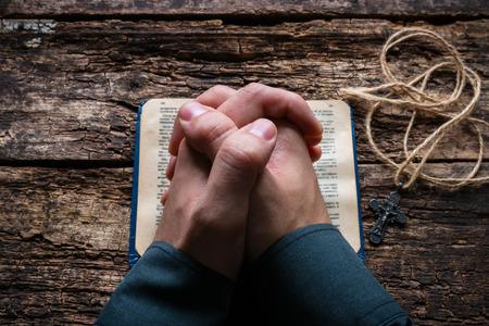 Człowiek modli się na Biblii selektywnej focus