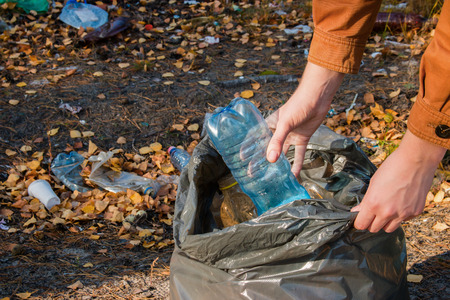 veneno frasco: young woman collects garbage in the woods
