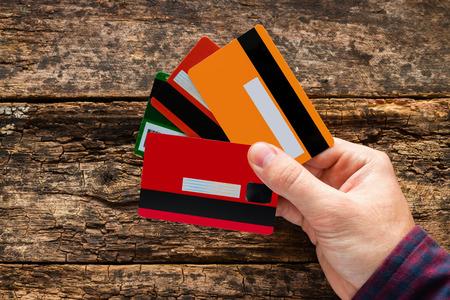 Hombre con varias tarjetas de crédito Foto de archivo - 48535279