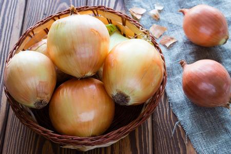 cebolla roja: cebollas en una cesta en un primer de la servilleta
