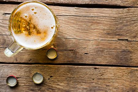 vasos de cerveza: jarra de cerveza de la luz en el fondo de madera