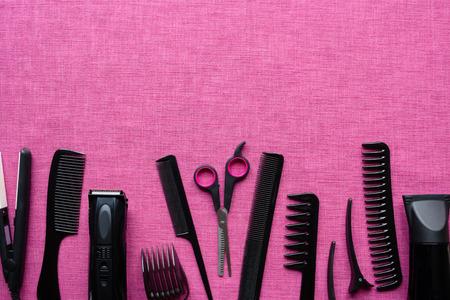 Herramientas de peluquería en fondo rosa y espacio para texto Foto de archivo - 66320474