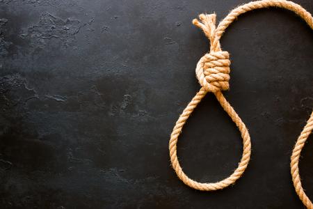 Noeud en cours d'exécution de corde sur un fond noir avec un espace pour le texte. Concept arrêter le suicide Banque d'images - 81736146