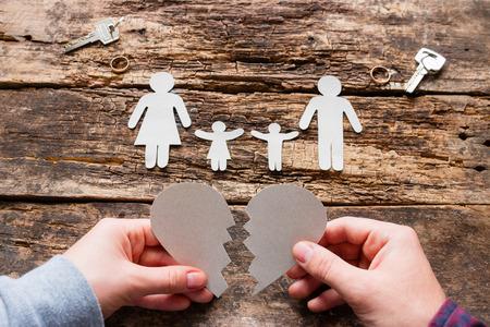 El hombre y la mujer y el concepto de corazón roto divorcio Foto de archivo - 89424284