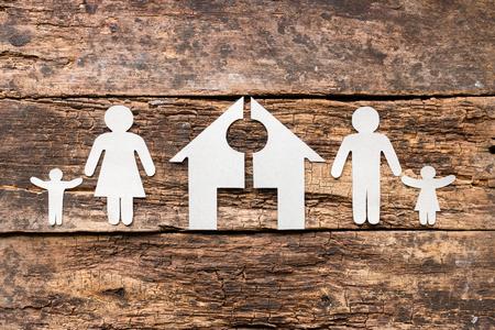 paper family and a cut house concept divorce Foto de archivo
