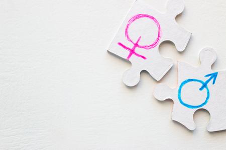 männliches und weibliches Geschlechtssymbol auf weißem Hintergrund mit Platz für Text