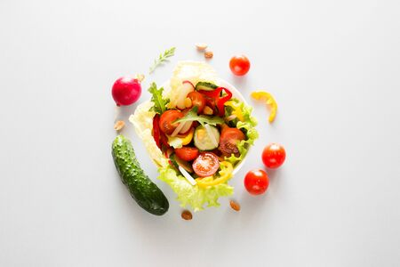 plate with fresh vegetables vegetarian food concept Foto de archivo - 131827352