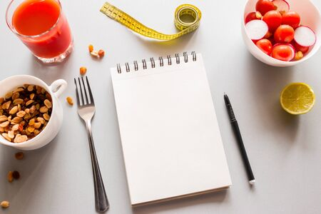 notepad with place for text and vegetables concept healthy eating calorie counting Foto de archivo - 131826541