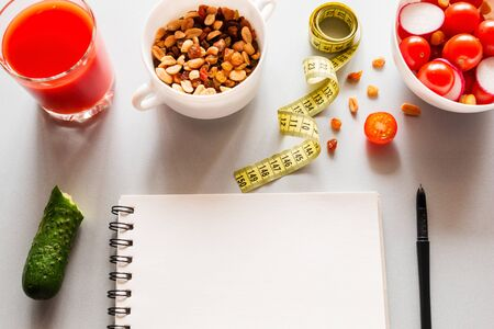 healthy eating, measuring tape and notepad for writing calories concept diet, fat burning Foto de archivo - 131827299