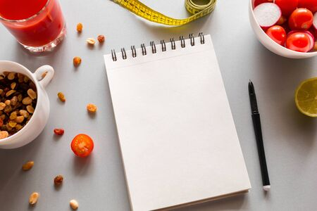 notebook with place for text to write calories and fresh vegetables on a white background Foto de archivo - 131825879