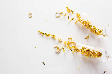 champagne glasses and confetti on a white background with place for text Zdjęcie Seryjne