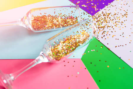 champagne glasses with confetti on a colored background close-up holiday concept Zdjęcie Seryjne