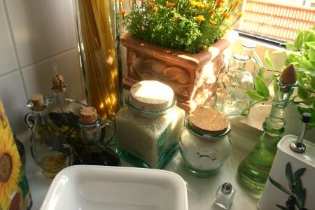 bocaux en verre: Bol blanc entour� d'ingr�dients de cuisine en pots de verre