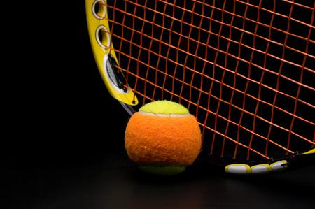 테니스 라켓과 아이를위한 테니스 공