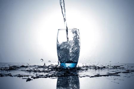 물 흐르는 유리에 튀는