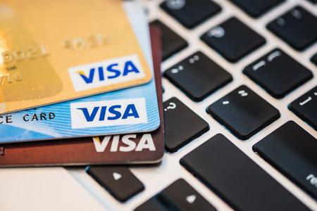 tarjeta visa: Chiang Mai, Tailandia - julio 18 de, 2016: Foto de una tarjeta VISA en un teclado de MacBook. Editorial
