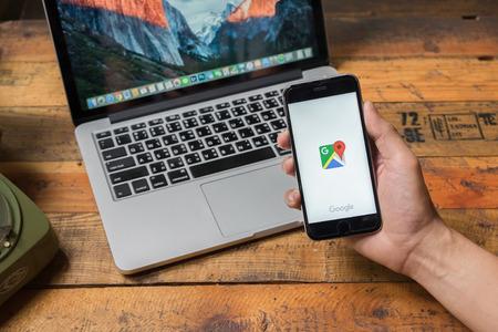 CHIANG MAI, THAILAND - 3 juni 2015: Een man hand die screenshot van google maps app zien op iphone 6s. Google Maps is het meest populair mapping service voor mobiele geleverd door Google.