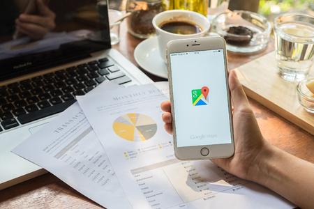 치앙마이, 태국 - 5 월 09 : Google지도 응용 프로그램 오 여자의 손을 잡고 IPHONE 6 PLUS. Google지도는 지리적 지역과 세계의 사이트에 대한 정보를 제공하는 서비스입니다.
