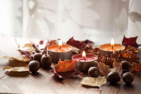 木の板に燃焼ろうそく、色鮮やかな紅葉や北の赤いカシの琥珀ネックレス ドングリのクローズ アップ 写真素材 - 87599390