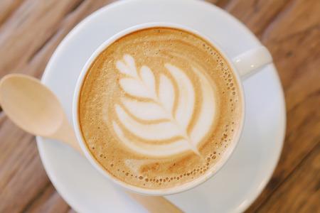 taza: Copa del arte del latte caf� en la mesa de madera