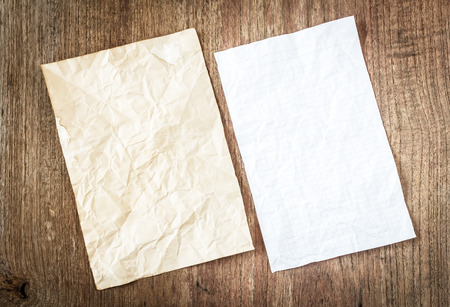 dhesive note: white paper on wooden table
