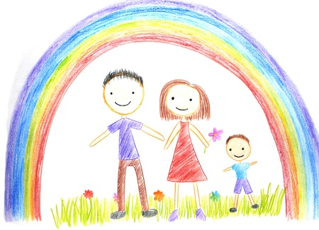 cartoon rainbow: ni�os dibujar foto de familia feliz en la mesa de madera Foto de archivo