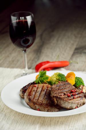salad plate: Steakes calientes de carne a la parrilla deliciosas en la mesa Foto de archivo