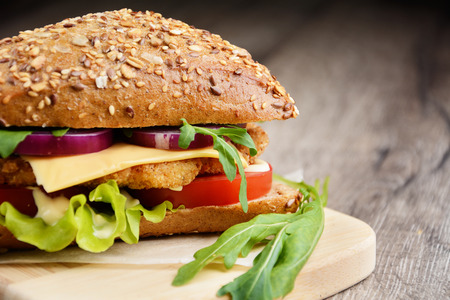 chicken sandwich: Delicioso sándwich hecho en casa con carne y verduras