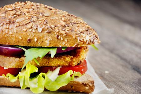 sandwich de pollo: Delicioso sándwich hecho en casa con carne y verduras