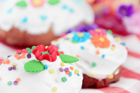 cake: Pastel de Pascua dulce y los huevos sobre la mesa Foto de archivo