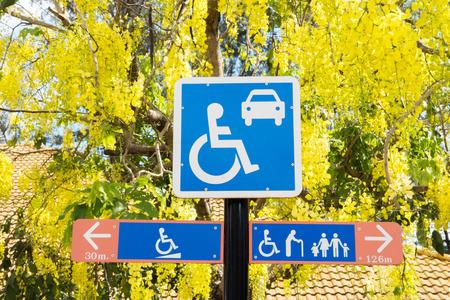 Handicap parkeren teken met bomen op de achtergrond. Stockfoto
