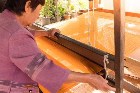 チェンマイ、タイ 1 月 17、2016: 女性, タイ, チェンマイの伝統的なタイのシルクを織り